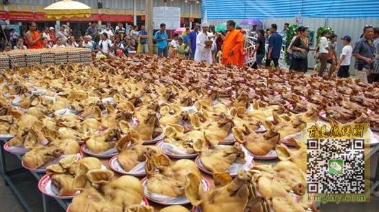 泰国建筑老板携带上百猪头到寺庙还愿