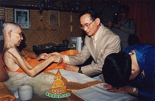 龙婆卡贤一生在森林中专心修行,到各自不同的地方学习,佛历 2539 年1月15日圆寂 ,龙婆卡贤阿罗汉金身不化,至今还留在寺庙中,让全泰国的信徒有机会来参拜龙婆许愿等等。<br />