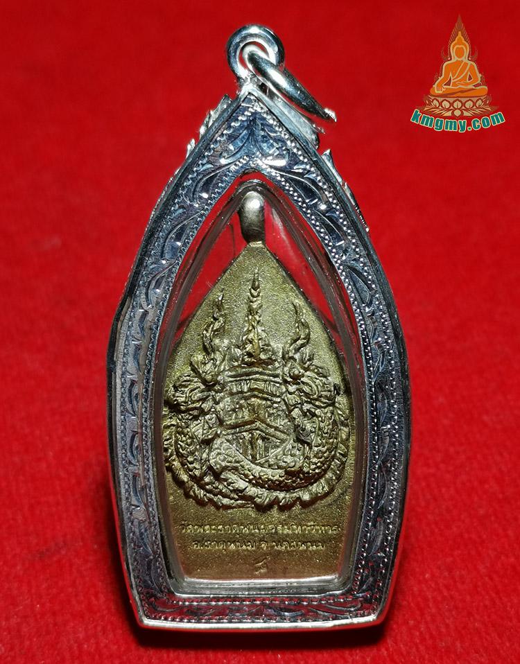 座山佛背面就是帕塔啪农佛塔,加持师傅均是泰国东北部最厉害高僧,这期佛牌在泰国市场上很少见,本地收藏不外流数量也不多,功效:招财,事业,成功,人缘转运,有靠山。